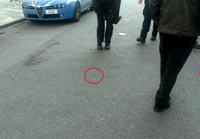I bossoli dei proiettili sparati davanti al teatro Cilea di Reggio Calabria (ANSA)