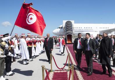 Il premier Matteo Renzi arriva a Tunisi per partecipare alla marcia contro il terrorismo insieme ad  altri leader mondiali (ANSA)