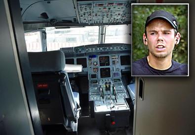 Aereo caduto: la cabina di pilotaggio e Lubitz (nel riquadro) (ANSA)