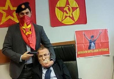 Turchia, magistrato preso in ostaggio in tribunale- foto diffusa sui social (ANSA)