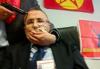 Turchia, il magistrato preso in ostaggio - foto diffusa sui social (ANSA)