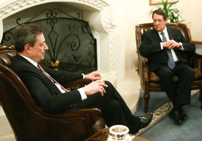 Mario Draghi con il presidente di Cipro Nikos Anastasiadis (ANSA)