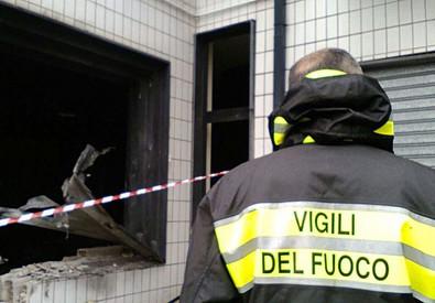 Vigili del Fuoco sul luogo dell'esplosione avvenuta in una sala giochi ad Altamura (Bari) (ANSA)