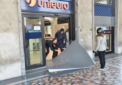 Un negozio costretto a chiudere durante le contestazioni di giovani dei centro sociali (ANSA)