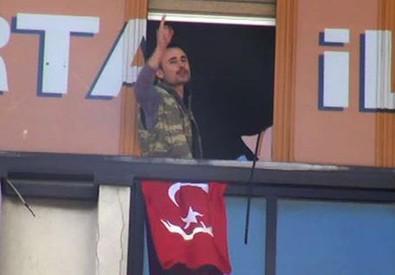 Un momento dell'irruzione di due uomini nella sede del partito islamico Akp in una foto postata su Twitter da Conflict News (ANSA)
