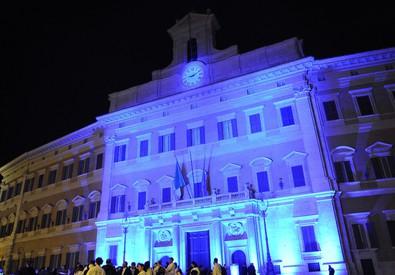 La facciata di Montecitorio illuminata in blu in occasione della Giornata mondiale di sensibilizzazione sull'autismo (ANSA)