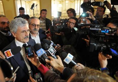 D'Alema con i giornalisti a Bari (ANSA)