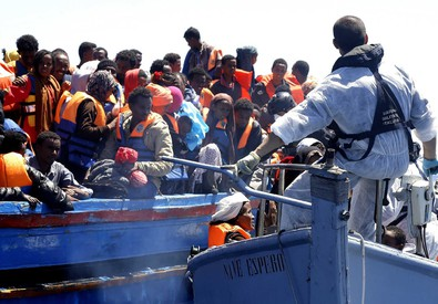 Un salvataggio di migranti dopo un naufragio (ANSA)