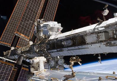 Il cacciatore di materia oscura Ams installato all'esterno della Stazione Spaziale. E' in alto sulla sinistra, vicino ai pannelli solari (fonte: NASA) (ANSA)
