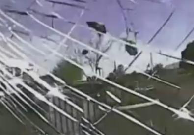 Un frame del video dell'investimento, da parte di un'auto della polizia, di un pregiudicato armato. Tucson, Arizona  (ANSA)
