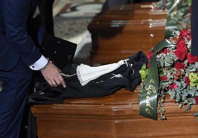 Una toga deposta sopra una dei due feretri durante i funerali di stato del giudice Fernando Ciampi e dell'avvocato Lorenzo Claris Appiani al Duomo di Milano (ANSA)