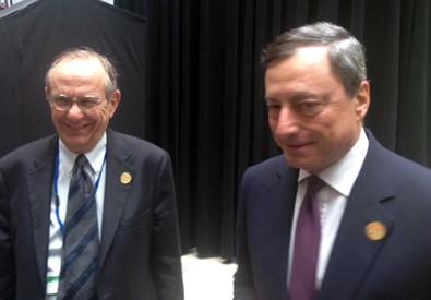 Draghi (d) e Padoan a margine lavori Fmi a Washington, 17 aprile 2015 (ANSA)