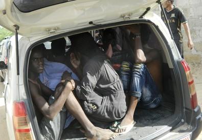 Studenti del campus di Garissa si riparano in un'auto dopo l'attacco (ANSA)