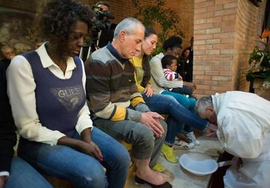 Il Papa lava e bacia i piedi a 12 detenuti (ANSA)