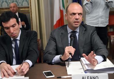 Il ministro dell'Interno Angelino Alfano (d), e il ministro delle Politiche Agricole, Alimentari e Forestali, Maurizio Martina, in prefettura a Milano (ANSA)