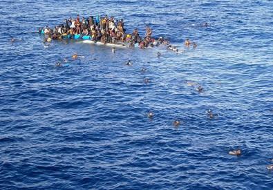 Migranti in attesa dei soccorsi, archivio (ANSA)