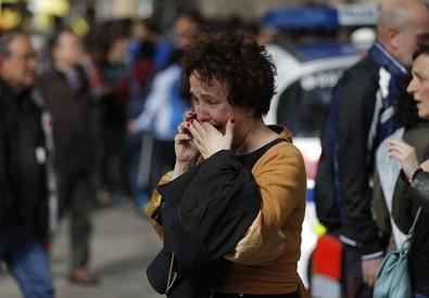 Persone davanti alla scuola di Barcellona (ANSA)