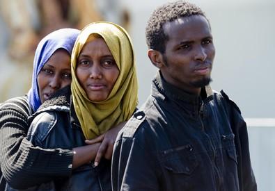 Migranti giunti nel porto di Salerno (ANSA)