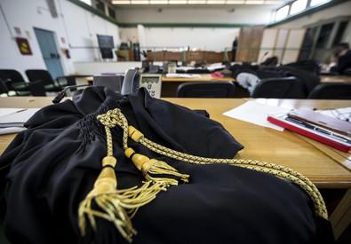 Una toga appoggiata su un tavolo (ANSA)