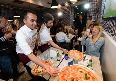Luigi Di Maio e Roberto Fico mentre servono ai tavoli (ANSA)
