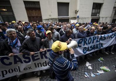 La protesta degli operai sotto il Ministero dello Sviluppo Economico (ANSA)