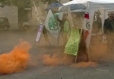 Protesta centri sociali contro Salvini, lancio di fumogeni (ANSA)