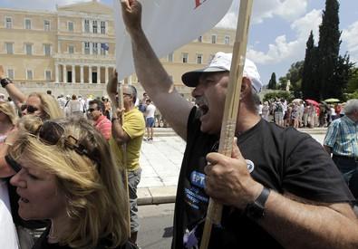 La protesta dei giornalisti della Ert davanti al Parlamento greco dopo il licenziamento (archivio) (ANSA)