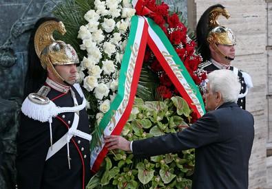 Mattarella depone una corona al monumento delle vittime sul lavoro (ANSA)