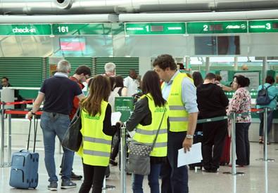 Personale Alitalia a Fiumicino (ANSA)