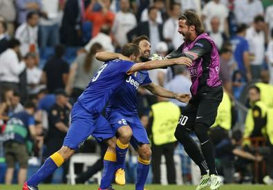 Giorgio Chellini, Andrea Pirlo e Marco Storari (da sinistra a destra) esultano alla fine della partita (ANSA)