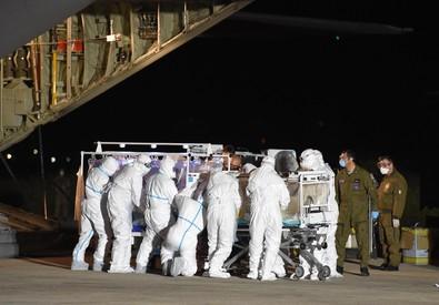 L'arrivo del C130 dell'Aeronautica Militare atterrato all'Aeroporto Militare di Pratica di Mare con a bordo l'infermiere di Emergency risultato positivo al virus ebola (ANSA)