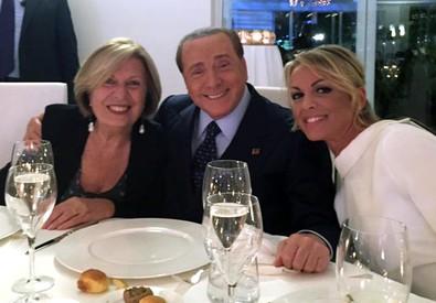 Silvio Berlusconi, con la compagna Francesca Pascale (D) e la candidata alla Regione Puglia, Adriana Poli Bortone. ANSA/UFFICIO STAMPA ADRIANA POLI BORTONE (ANSA)