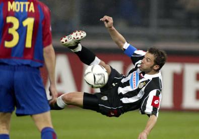 9 aprile 2003, andata quarti, Juventus-Barcellona 1-1: Del Piero in acrobazia sotto gli occhi di Thiago Motta (ANSA)