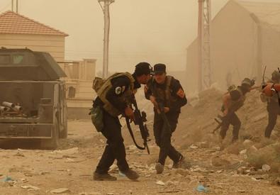 Forze di sicurezza a difesa dell'attacco Isis a Ramadi lo scorso 14 maggio (ANSA)