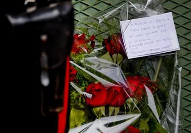 Fiori sul luogo della strage a Napoli (ANSA)