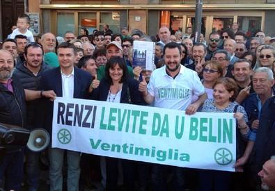 Un'immagine del profilo facebook di Salvini in cui posa con sostenitori a Ventimiglia (ANSA)