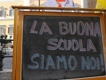 Una lavagna al presidio dei prof davanti a Montecitorio durante il voto sul ddl scuola (ANSA)