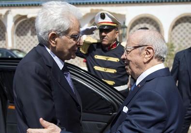 Sergio Mattarella ricevuto dal presidente della Repubblica tunisina Beji Caid Essebsi (ANSA)