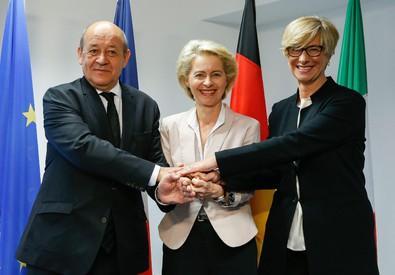 Da sin. a destra: Jean-Yves Le Drian, Ursula von der Leyen e Roberta Pinotti (ANSA)