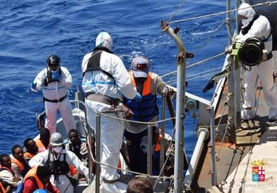 Una recente operazione di soccorso ai migranti (archivio) (ANSA)