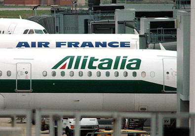 Aerei di Alitalia ed Air France sulle piste dell'aeroporto di Fiumicino in una foto d'archivio (ANSA)