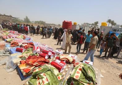 Civili in fuga da Ramadi in attesa degli aiuti umanitari delle Nazioni Unite (ANSA)
