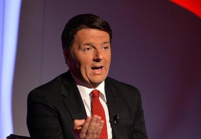 Il presidente del Consiglio, Matteo Renzi, ospite ieri sera del programma di La7 'Bersaglio Mobile', condotto da Enrico Mentana (ANSA)