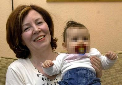 In questa foto del 3 novembre 2005 l'allora 55/enne Annegret Raunigk con la figlia Leila in braccio (ANSA)