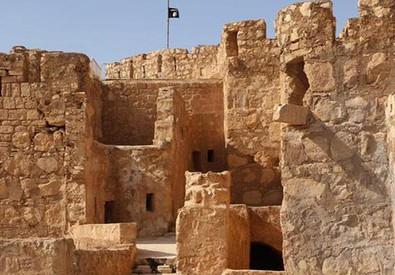 La foto diffusa dal sito web dello Stato Islamico in cui si vede la bandiera dell'Isis sulla sommita' del castello di Palmira (Ansa/Ap) (ANSA)