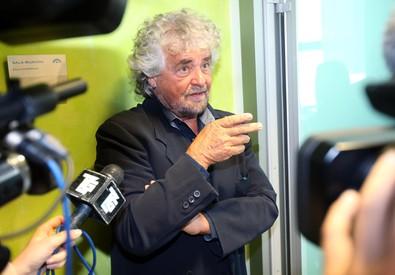 Beppe Grillo a Milano in occasione dell'assemblea degli azionisti per eleggere il nuovo presidente di Trenord dopo le dimissioni di Norberto Achille (ANSA)