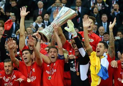 Il capitano del Siviglia Fernando Navarro (c) solleva il trofeo dei vincitori dell'Europa League 2015 (ANSA)
