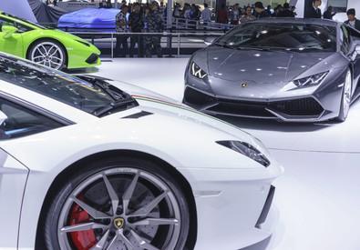 Una salone con Lamborghini esposte (ANSA)