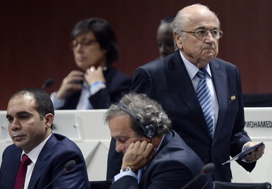 Il presidente della Fifa Joseph S. Blatter (destra) cammina alle spalle del principe Ali bin al-Hussein (sinistra) e del presidente dell'UEFA Michel  Platini (centro) dopo il suo discorso di apertura del congresso Fifa a Zurigo (Ansa-Ap) (ANSA)