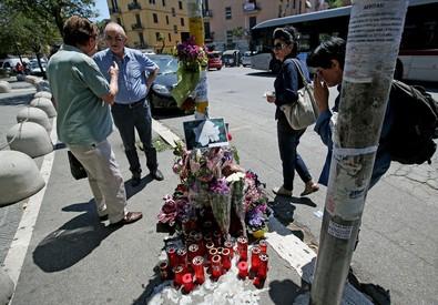 Incidente Roma: fiori e candele su luogo investimento (ANSA)